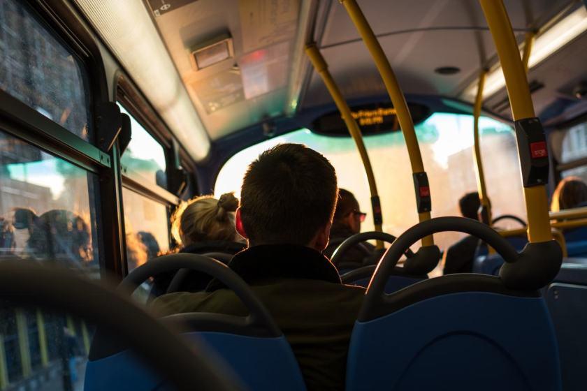 pessoas sentadas no onibus para evitar trânsito