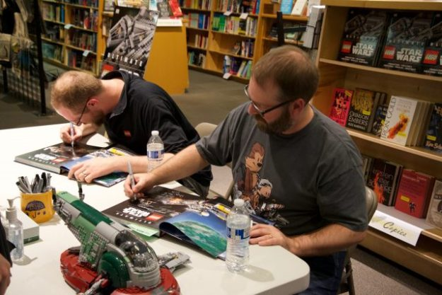 克里斯·马洛伊&安德鲁Becraft签署波特兰鲍威尔的书