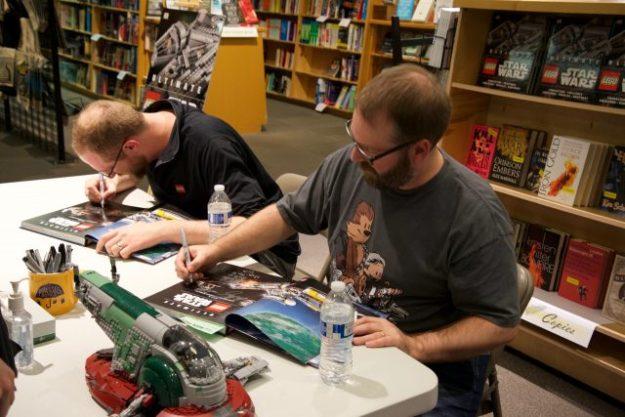 Chris Malloy和Andrew Becraft在波特兰鲍威尔书院签约