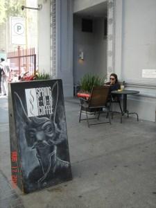 Cafe en la calle Spring. (Foto José Ubaldo/El Pasajero)