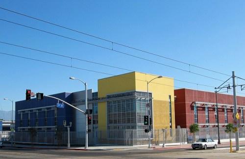 El Centro de Aprendizaje Felícitas y Gonzalo Méndez, a tan solo unos pasos de la Estación de la Línea Dorada Pico/Aliso. Fotografía de waltarrrrr vía Flickr
