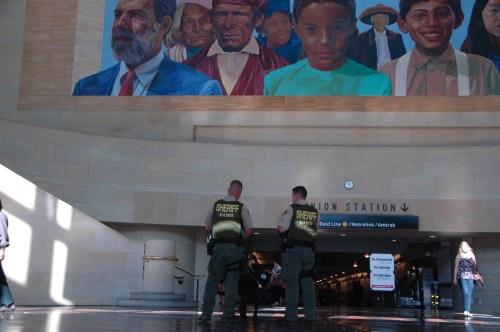 Agentes del Sheriff vigilan atentamente en Union Station. (Foto José Ubaldo/El Pasajero)