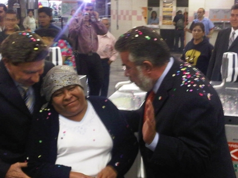 Juana Emilia Aniceto, de 53 años de edad, fue la pasajera número 48 mil 500 millones del Metro de la ciudad de México. (Foto Cortesia de Milenio/Valdez)