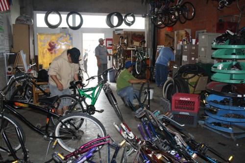 Cerca de 20 bicicletas son arregladas por voluntarios en Bici Digna (Foto Agustín Durán/ El Pasajero)