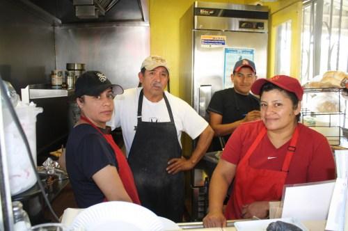 El personal de Yuca's como siempre muy atentos y rápidos para servir. (Foto Agustín Durán/El Pasajero).