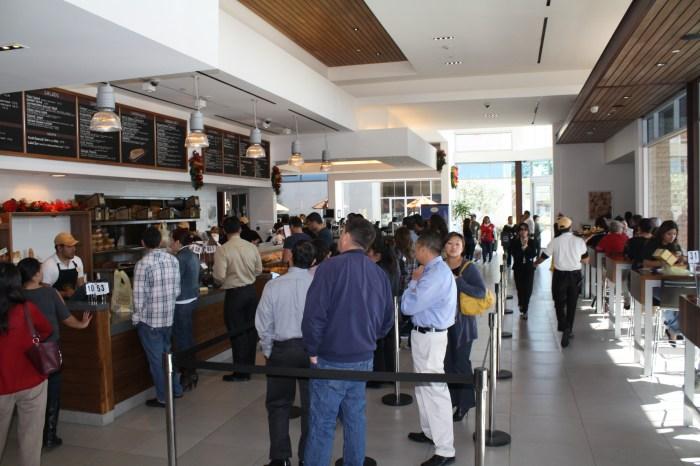 Los clientes diariamente hacen fila para comer en Porto's. (Foto de Agustín Durán/El Pasajero)