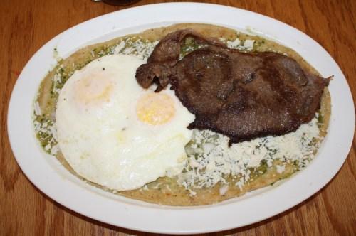 Los huaraches con huevo y bistec son de los más solicitados en La Placita del D.F. (Foto Agustín Durán / El Pasajero)