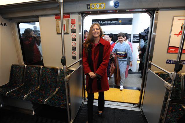 Reina del Desfile de las Rosa del 2010 subiendo a un tren en la estación Little Tokyo. (Foto Juan Ocampo/El Pasajero).