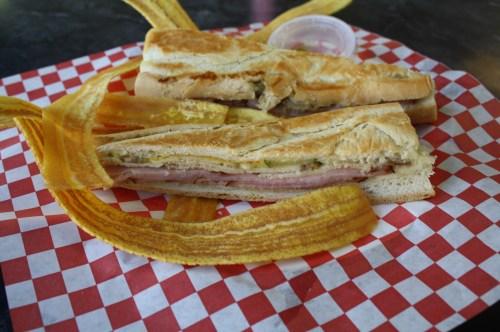 Sandwich Cubano servido con Mariquitas. (Foto Agustín Durán/El Pasajero).