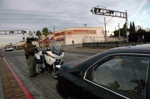 Un agente del Sheriff en plena labor en la avenida Florence y el cruce con la Línea Azul del Metro. Foto Luis Inzunza/El Pasajero)