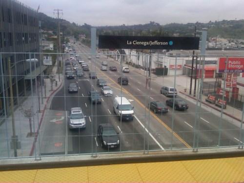 El tráfico de La Ciénega pasa debajo de la estación La Ciénega/Jefferson de la nueva Línea Expo del Metro.