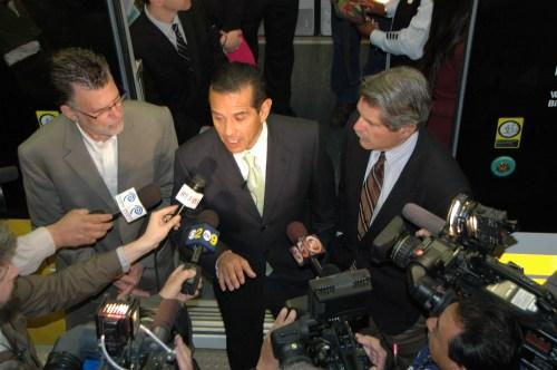 Al llegar a la estación 7th St/Metro Center los funcionarios públicos se despidieron de los medios de comunicación.
