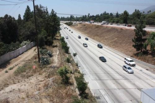 Vista de la autopista 210 antes del inicio de la construcció.
