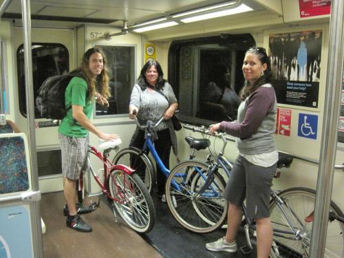 Hombres y mujeres disfrutaron del los trenes para viajar con sus vehículos de dos ruedas al centro de Los Angeles.