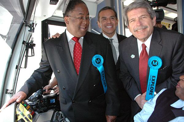 El supervisor del condado de Los Angeles Mark Ridley-Thomas, el alcalde Antonio Villarigosa y el supervisor del condado Zev Yaroslavsky en el tren inaugural. (Foto Luis Inzunz/El Pasajero).