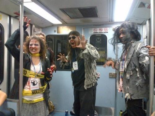 Hasta los zombies disfrutaron de un recorrido por las nuevas instalaciones de la Línea Expo del Metro.