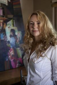 Jessica Polzin McCoy en su estudio. El cartel de Jessica será sobre Claremont. (Foto Todd Gray).