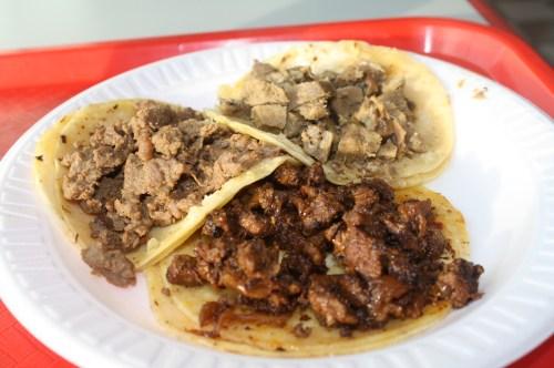 Tacos de asada, lengua y al pastor. (Foto Agustín Durán/El Pasajero)