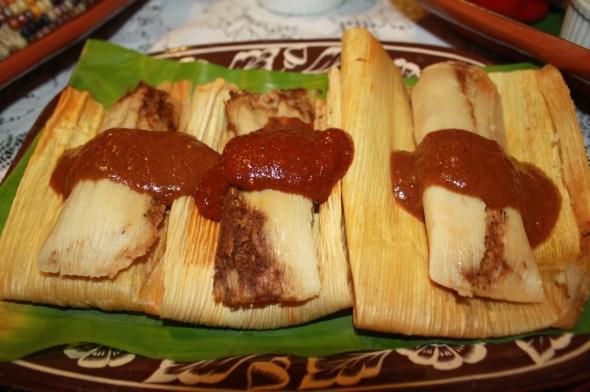 Tamales de mole negro con champiñones toda una creación de la Chef Julieta Marroquín. (Foto de Agustín Durán/El Pasajero).
