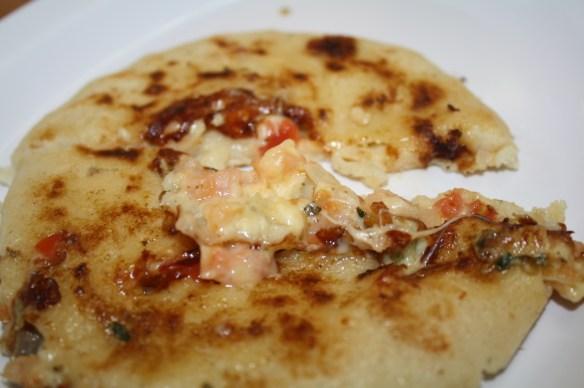 Pupusa de camarón con queso. (Foto de Agustín Durán/El Pasajero).