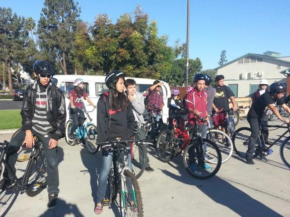Estudiantes de Downey H.S y miembros del Club Kiwins fueron determinantes en la formación de la Coalición de Ciclistas de Downey (Foto de Agustín Durán/El Pasajero).