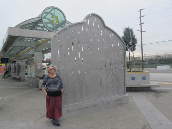 La artista, Alison Saa, con su obra ya instalada.