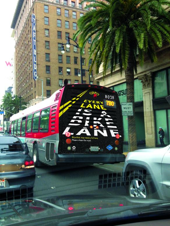 La parte trasera de los autobuses de Metro también se usa para aumentar la conciencia sobre la seguridad de los ciclistas.