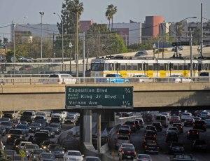 Convencer a la gente que deje sus autos y use el transporte público es