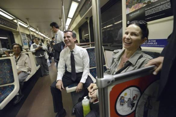 Garcetti a bordo de la Línea Roja de Metro. Foto: Eric Garcetti para alcalde.
