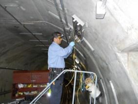 Existen alrededor de 8,000 lámparas en los túneles de trenes de Metro.