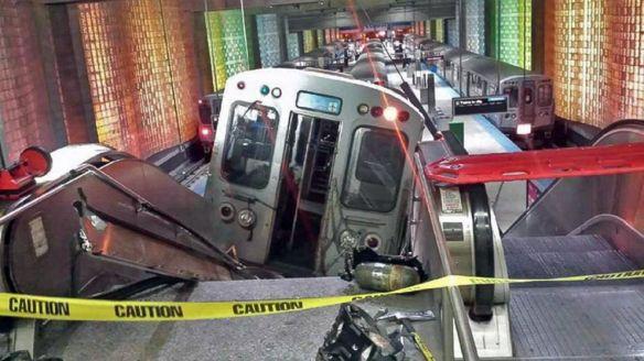 El tren se salió diez pies de las vías. Foto: AP.