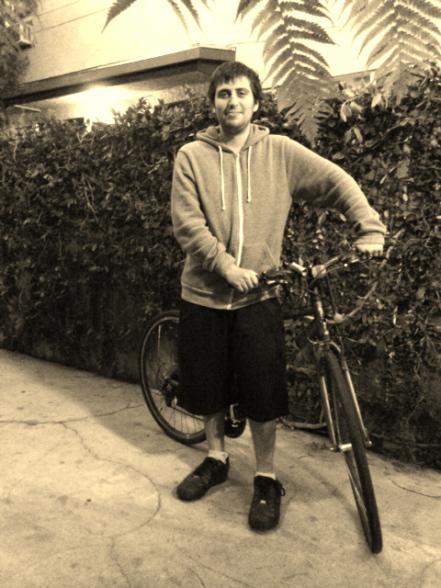 Nick junto a su bicicleta.
