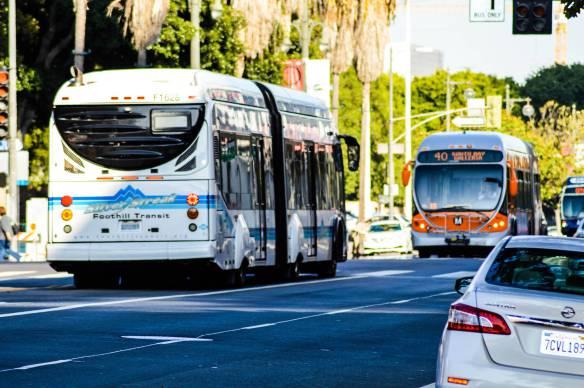 Autobuses en el condado de LA. Foto: Jon Ross Alexander.