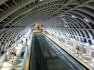 El túnel del transporte, por el que pasan trenes y autobuses.
