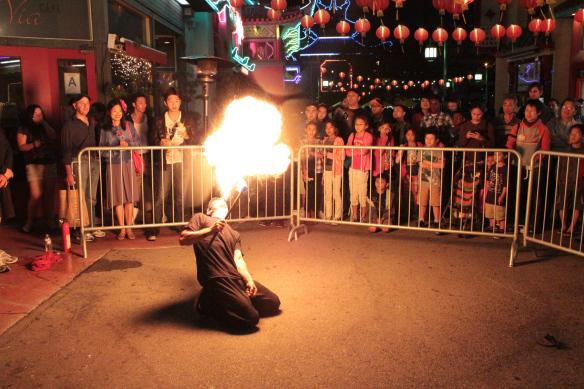Exhibición con fuego en Chinatown. Foto: Salina Canizales/Flickr/CC.