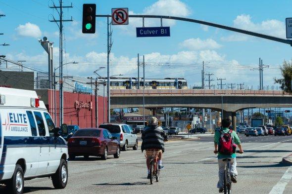 El tren pasa sobre Venice Boulevard.