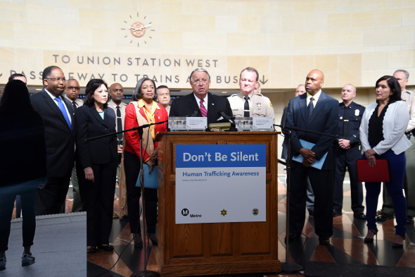 Al centro, el supervisor del condado de L.A. y miembro de la Junta de Metro, Don Knabe, rodeado por los supervisores y miembros de la Junta de Metro, Mark Ridley-Thomas e Hilda Solís, la integrante de la Junta de Metro, Jaqueline Dupont Walker, el sheriff Jim