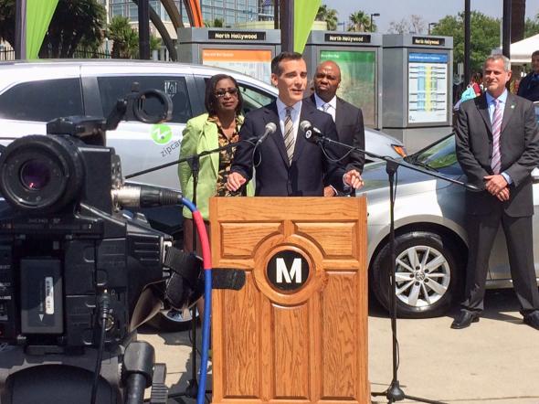 El alcalde Eric Garcetti durante la conferencia para anunciar la alianza entre Metro y Zipcar. Foto: Anna Chen/Metro.