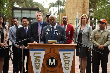 El director general ejecutivo de Metro, Phil Washington, durante la conferencia en la que LACCD recibió una subvención de $15 millones. Foto: Luis Inzunza/Metro.