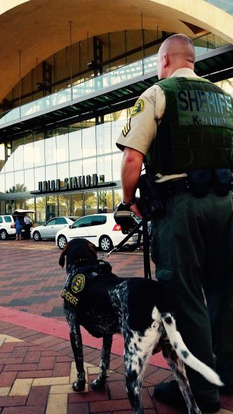 Folty y el sargento Walter afuera de Union Station.