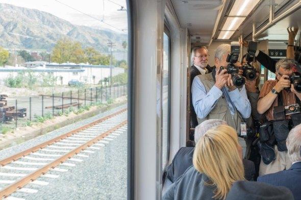 Representantes de los medios tomando fotos.