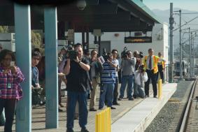 Los medios a la espera de la llegada del tren