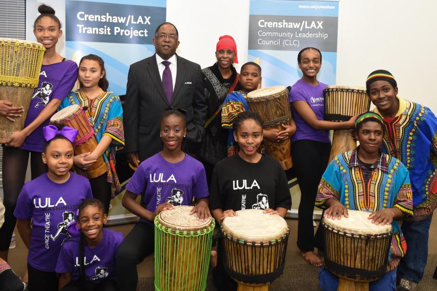 El presidente de la Junta Directiva de Metro y supervisor del condado de L.A, Mark Ridley-Thomas con estudiantes de Lula Washington Dance Theatre. Foto: Martin Zamora.