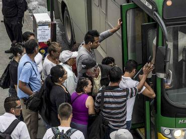 Pasajeros de autobuses en Guadalajara. Foto: El Informador.
