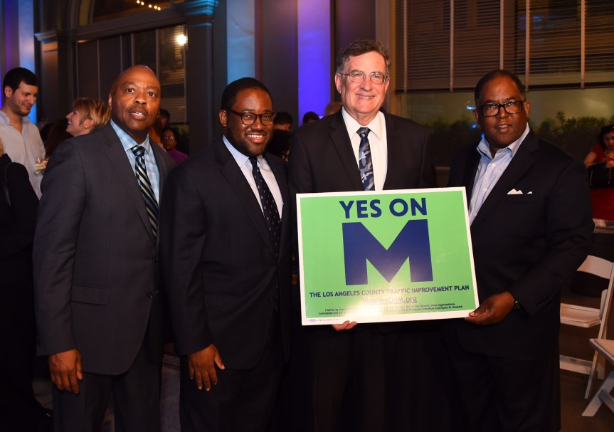 Al centro, el presidente de la Junta Directiva de Metro, John Fasana.