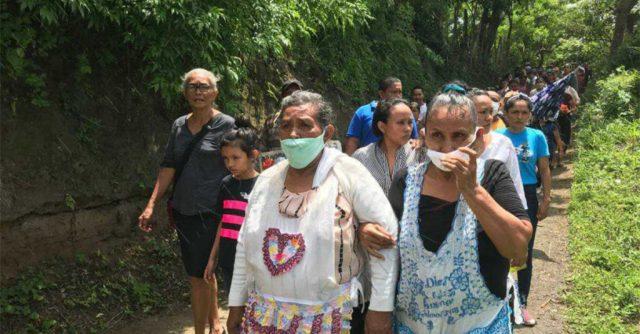 Doña Lorenzana García (izquierda) es la mamá de la comerciante fallecida. Ella vio como su hija recibió el balazo.