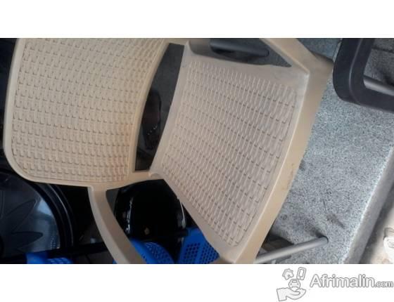 chaise en plastique de couleur beige d