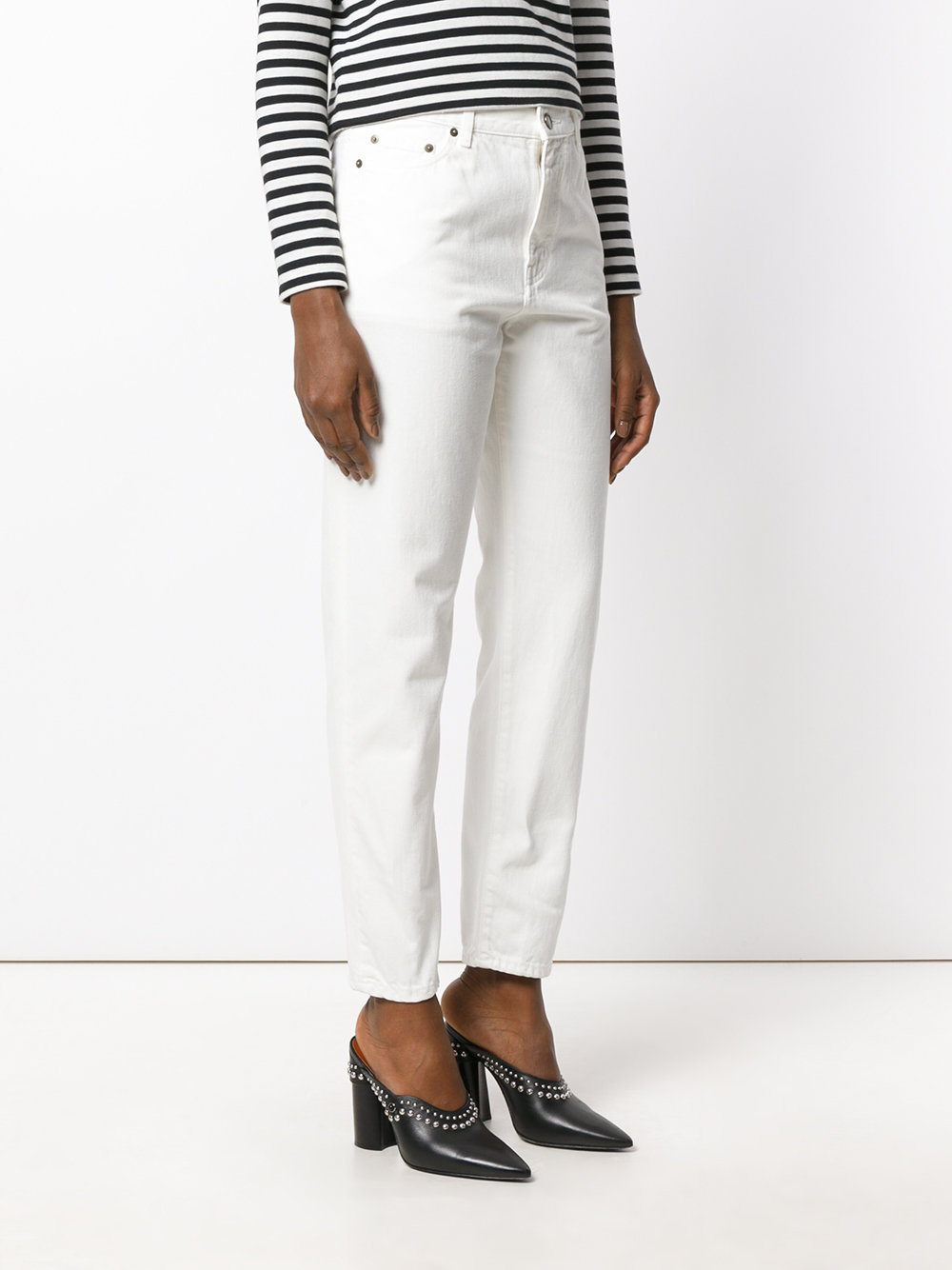 Luxury French fashion house Saint Laurent presents these white jeans to its AW17 collection. Expertly constructed from Italian denim, they feature a button & zip fastening, a waistband with belt loops, a regular length, two front pockets, two back pockets and a boxy fit.