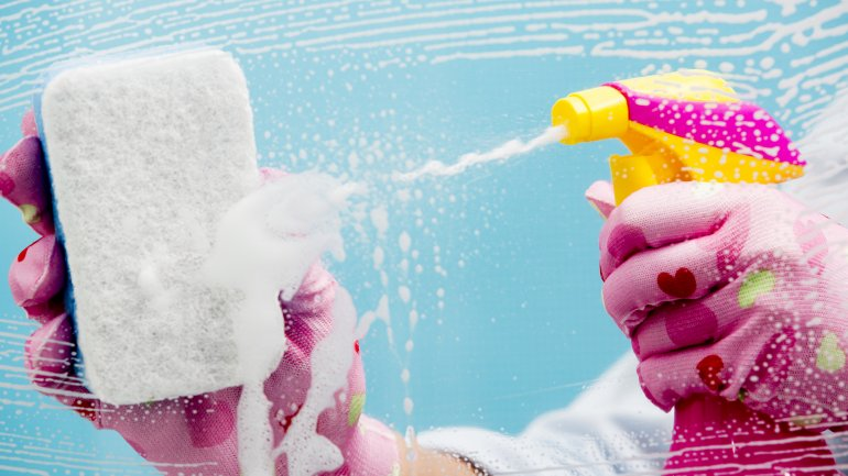 En los hogares muy limpios, el 82% de los encuestados se considera muy feliz (Shutterstock)