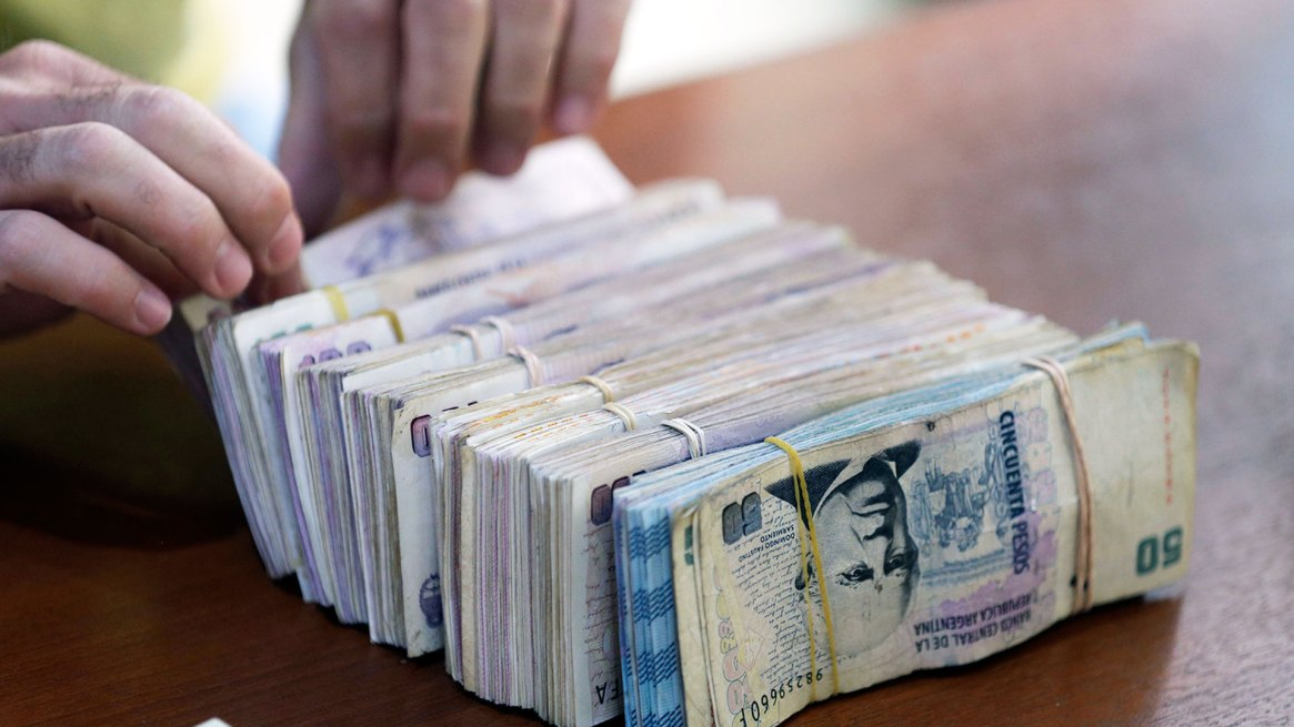 Los billetes de $100 se convirtieron en un 'dolor de cabeza' para los bancos (AP)